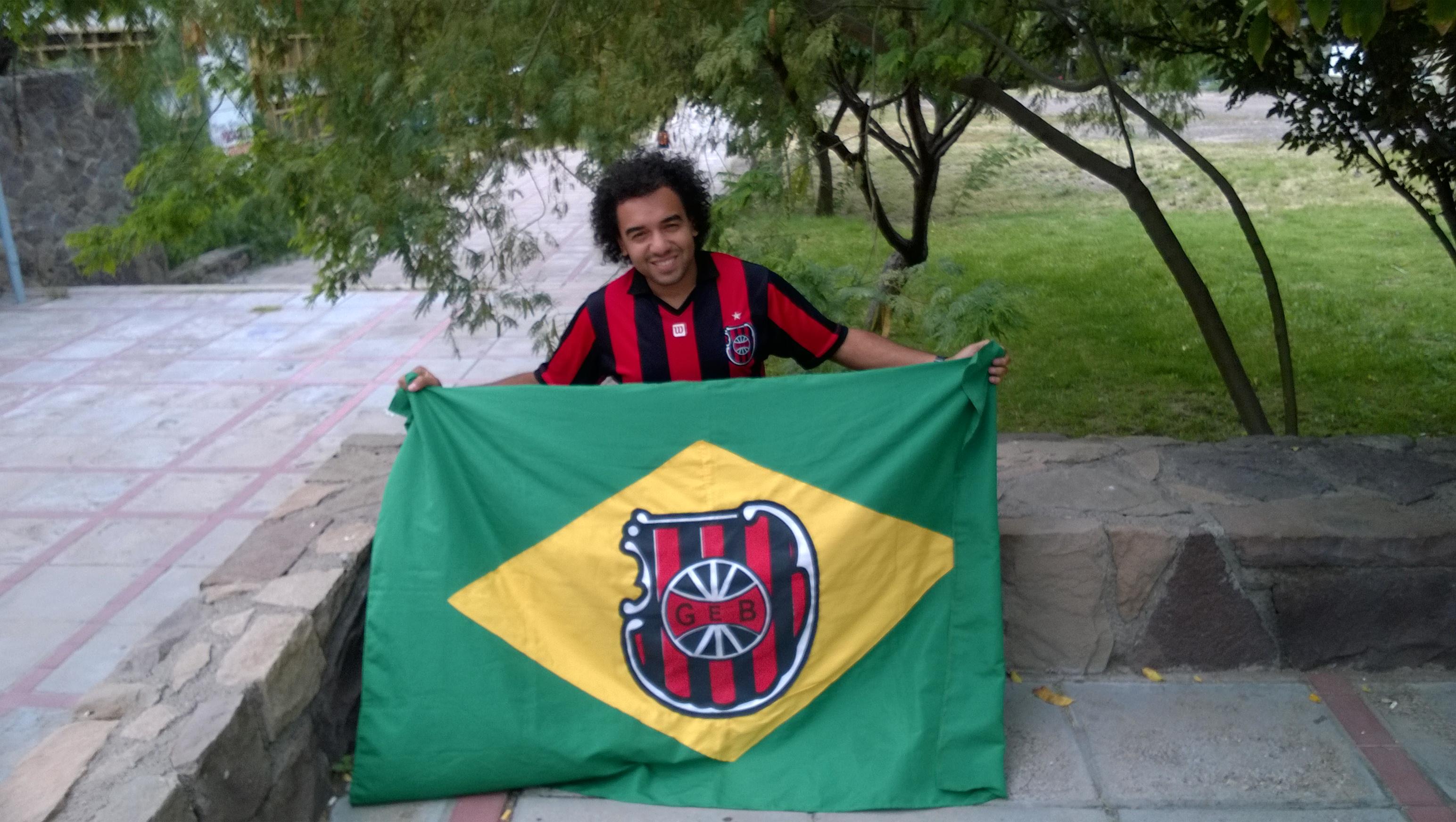 Der angehende Ingenieur Diego »Marcelo« Gomes mit der Flagge seines Lieblingsvereins (Bild: T. Zwior)
