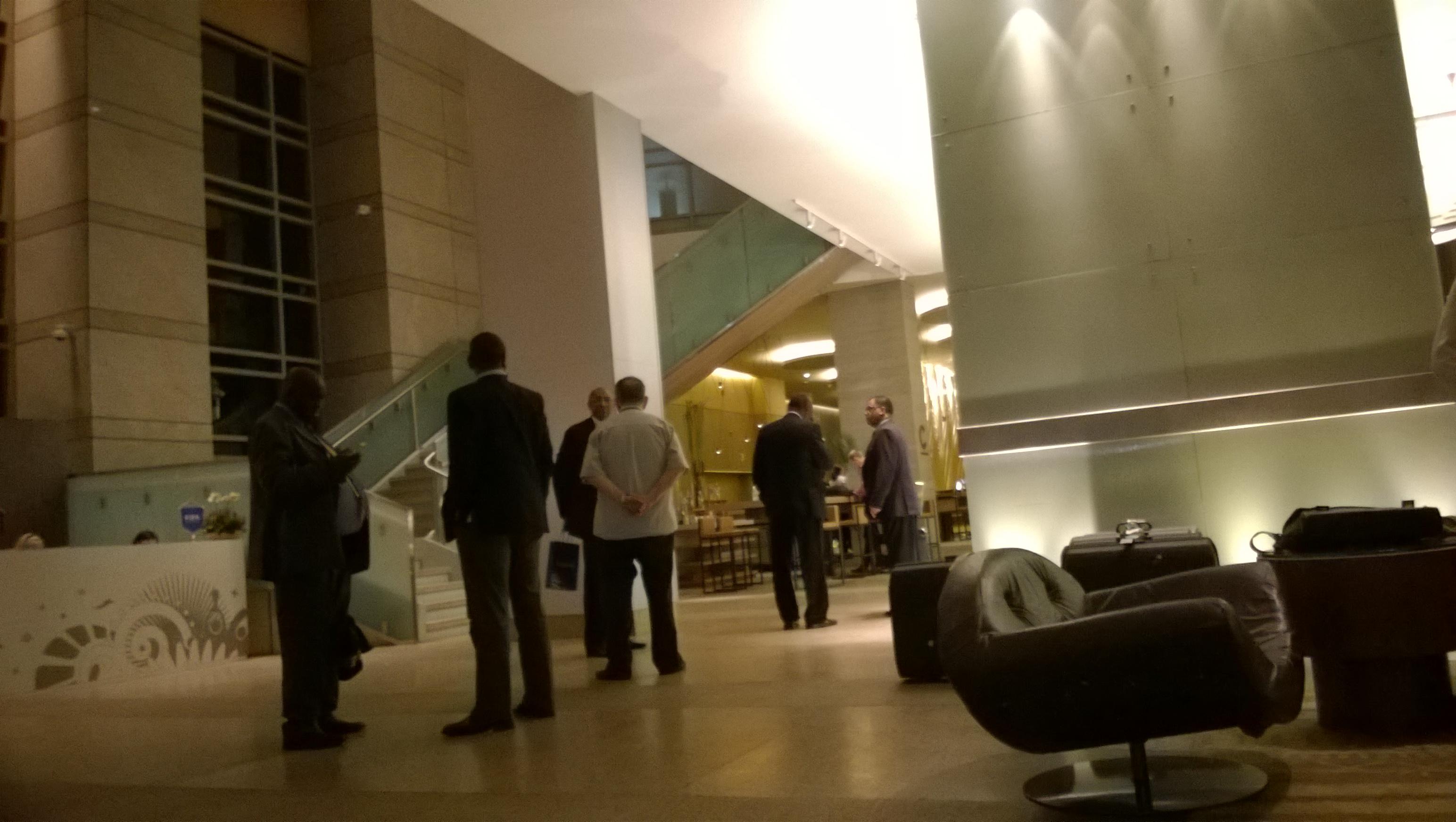 Händeschütteln, Schulterklopfen, Smalltalk in der Hyatt-Lobby (Bild: T. Zwior)