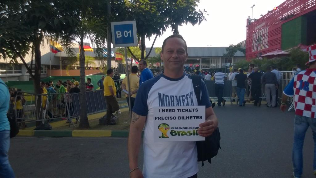 Verrückt oder gutes Timing? Dieser Herr sucht eine halbe Stunde vor Anpiff noch nach Tickets. (Bild: T. Zwior)