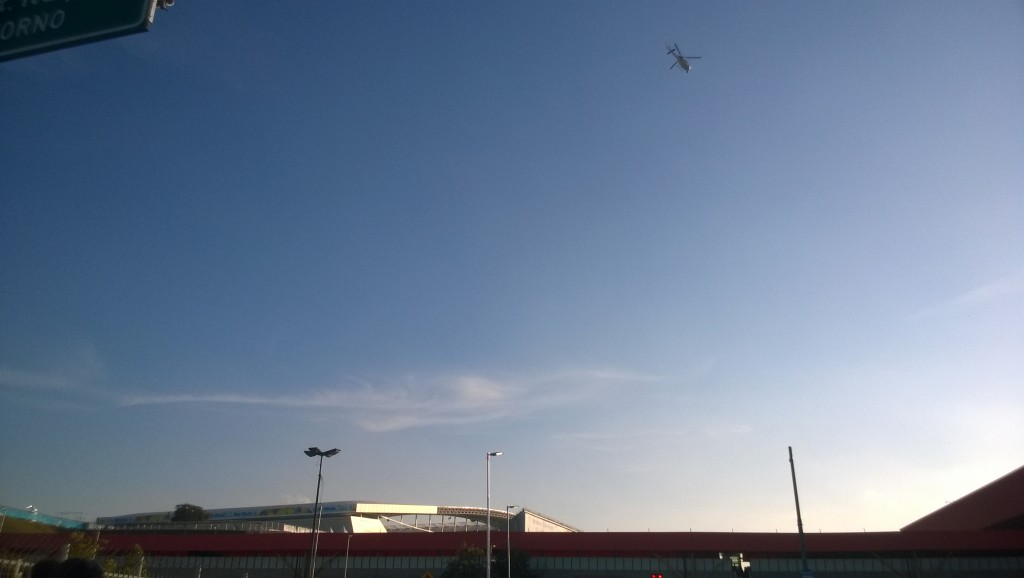 Fest im Blick: Kreisender Hubschrauber über der Corinthians Arena. (Bild: T. Zwior)