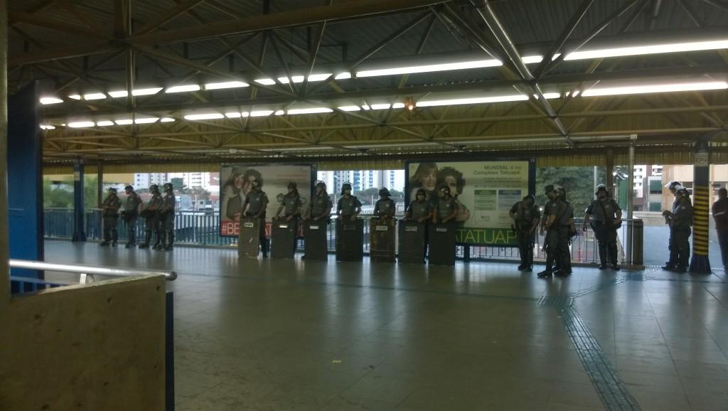 Abgeschirmt: Ein Teil des großen Polizeiaufgebots in Tatuapé (Bild: T. Zwior)