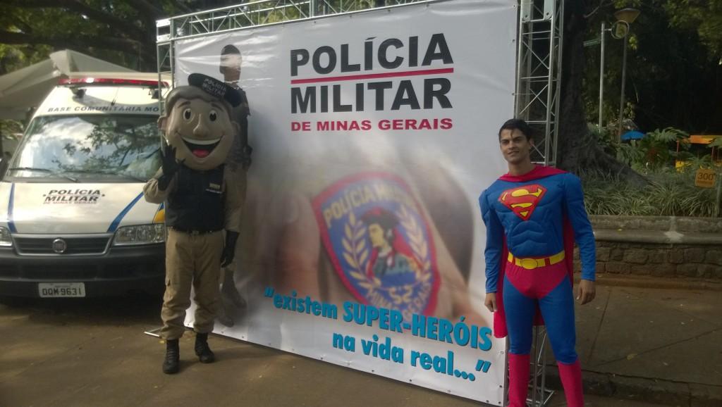 Gleich zwei Helden auf einem Bild: Militär-Maskottchen und Super-Ronaldo (Bild: T. Zwior)