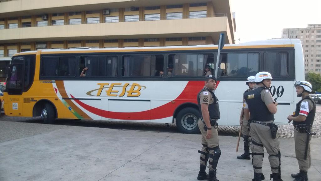 Der Mannschaftsbus der Militärpolizei kann wieder abfahren (Bild: T. Zwior)