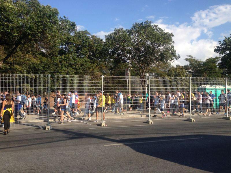 Die Absperrung: Argentinische und iranische Fans kommen nicht daran vorbei (Bild: privat)