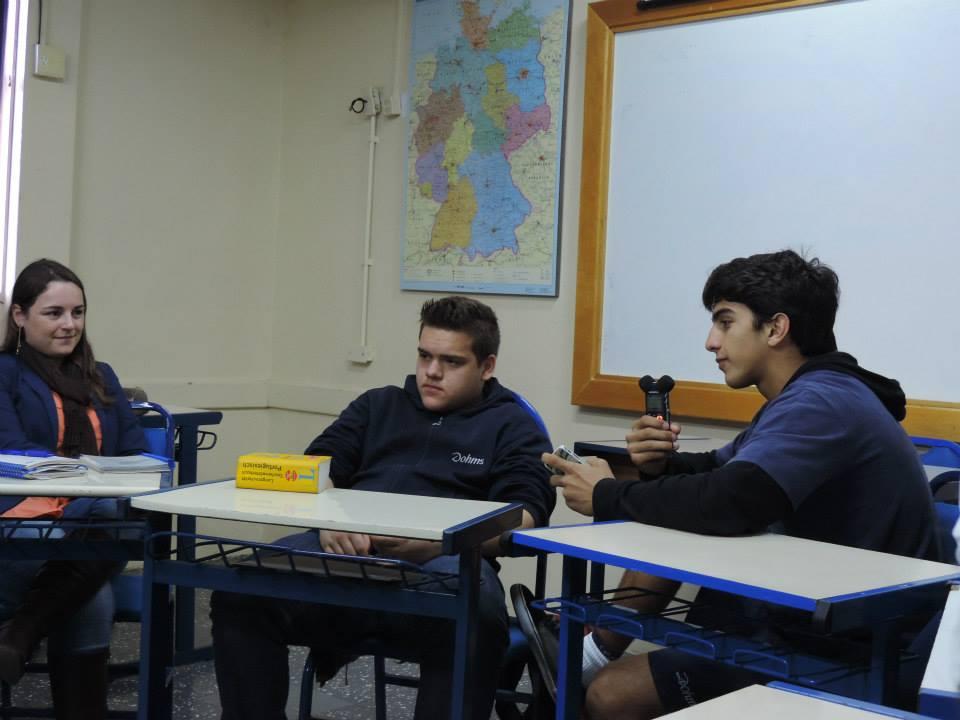 Lehrerin Paula Paetzhold mit Nicolas und Eduardo. Das Deutsch-Wörterbuch bleibt während der gesamten Schulstunde unangetastet. (Bild: privat)