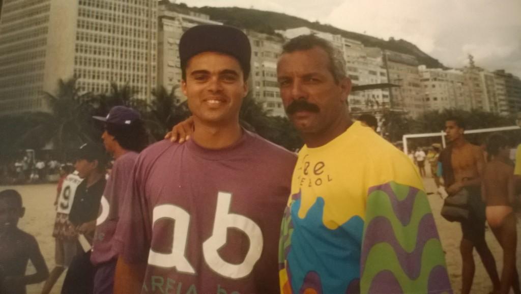 Eduardo mit seinem Flamengo-Idol Júnior am Strand (Bild: T. Zwior)