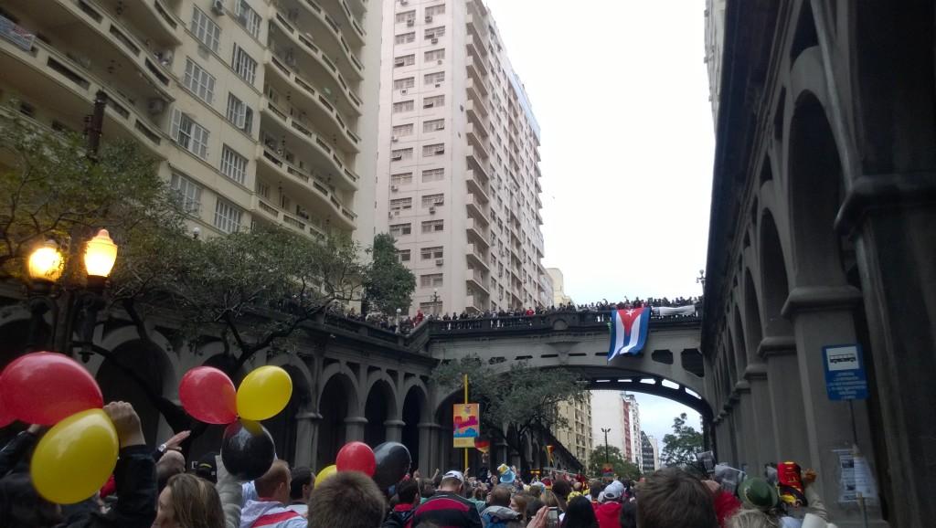 Vier Kilometer zu Fuß bis zum Stadion: Der Caminho do Gol (Bild: T. Zwior)