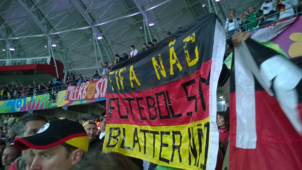Gegen die Fifa und Blatter, für den Fußball: Deutsche Fans im Stadion (Bild: T. Zwior)