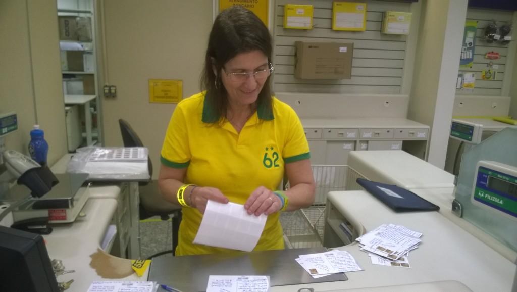 Postbeamtin Ana beklebt die ecke:sócrates-Postkarten und ist fest von einem Sieg Brasiliens überzeugt (Bild: T. Zwior)