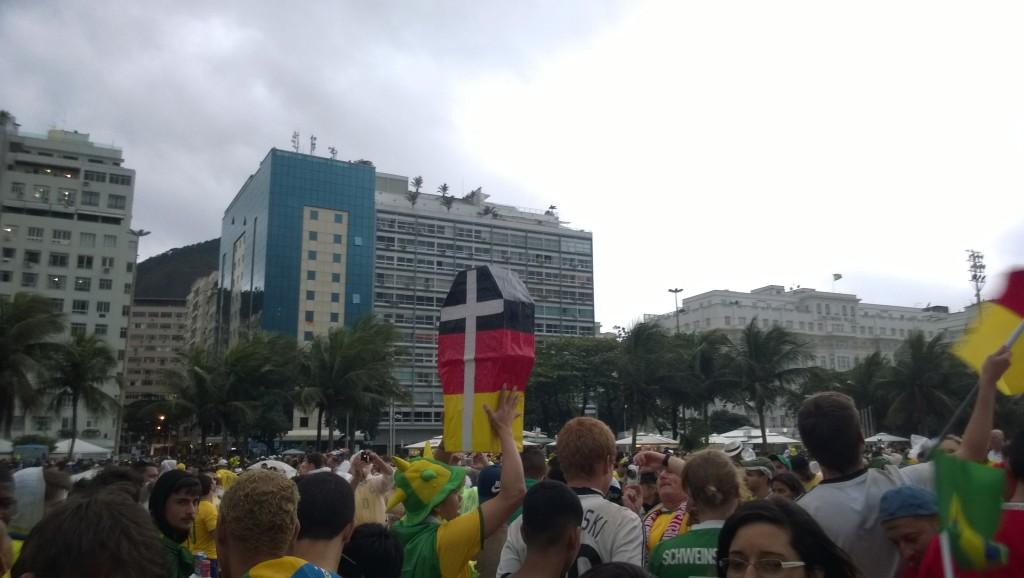 Ein brasilianischer Fan möchte die deutsche Mannschaft zu Grabe tragen (Bild: T. Zwior)