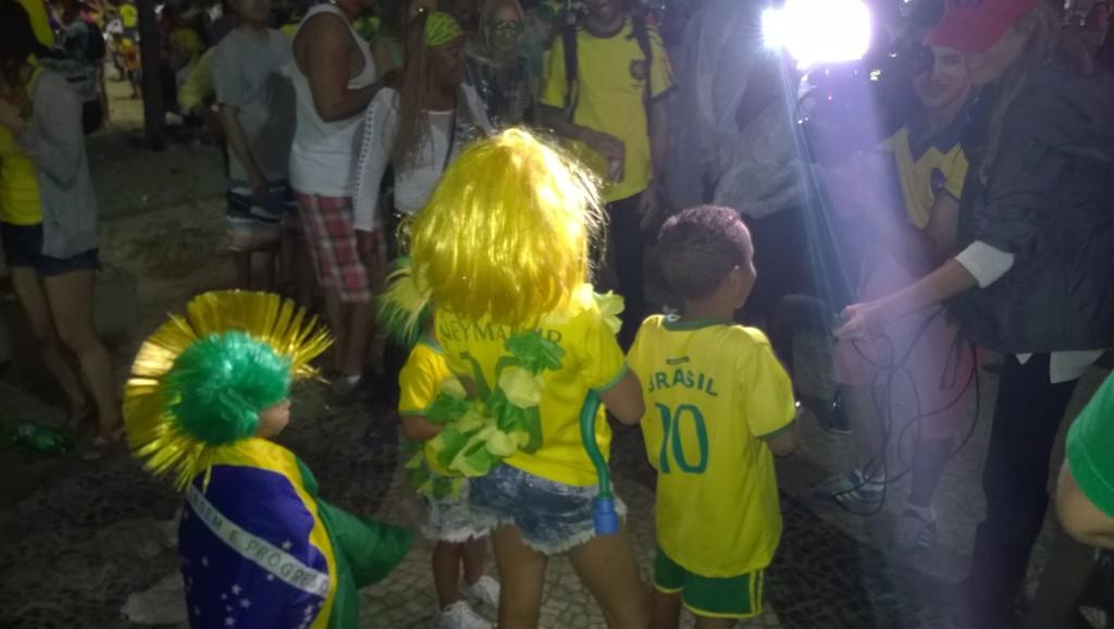 Brasilianische Kinder werden vom Fernsehen interviewt. Vielleicht werden sie noch eine weitere WM in Brasilien erleben. (Bild: T. Zwior)