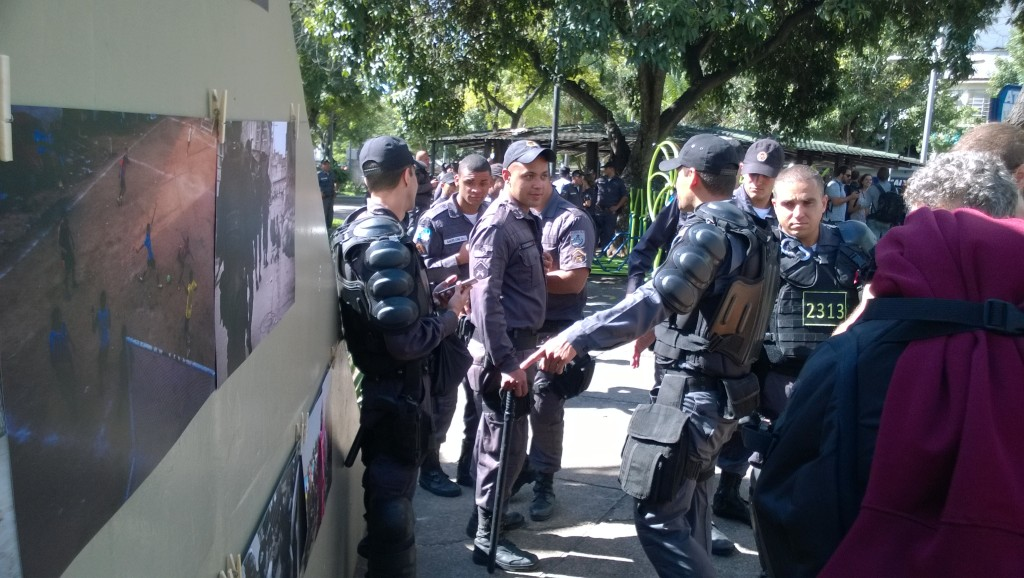 Auch die Polizisten sind zu Anfang der Demo an den ausgestellten Bildern interessiert (Bild: T. Zwior)