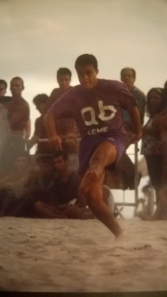Eduardo als Jugendlicher bei seiner Lieblingsbeschäftigung: Strandfußball (Bild: T. Zwior)