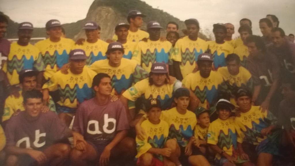 Gruppenbild von Eduardos Team Colorado mit einigen Nationalspielern 1993. Mit dabei auch der junge (und etwas schlankere Ronaldo) und Leonardo. Im Hintergrund der markante Berg Morro do Leme. (Bild: T. Zwior)